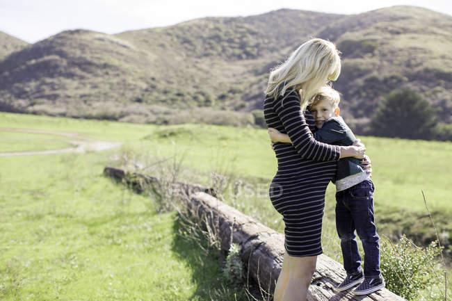 Мати і син обіймати на відкритому повітрі — стокове фото