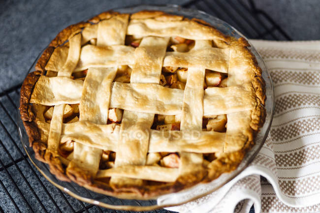 Apple pie with latticed pastry on kitchen counter — Stock Photo