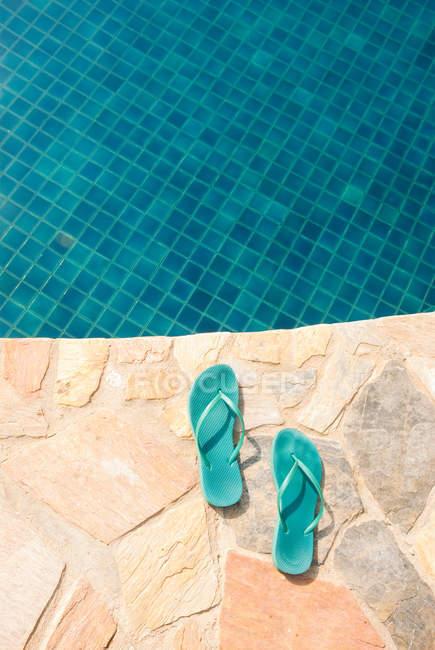 Флип-флоп у бассейна — стоковое фото