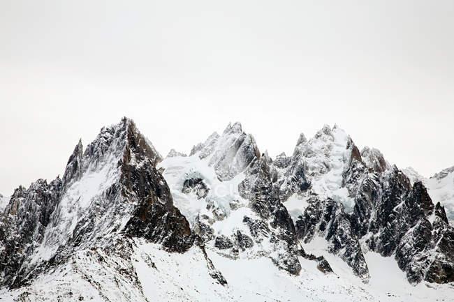 Живописный вид на заснеженные горы — стоковое фото