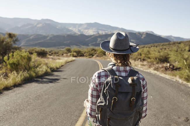 Mujer parada en el camino del desierto, Sedona, Arizona, EE.UU. - foto de stock