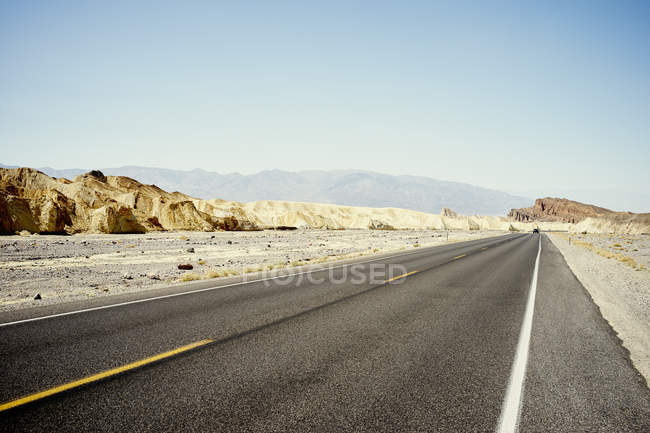 Vista del camino recto del desierto, Death Valley, California, EE.UU. - foto de stock