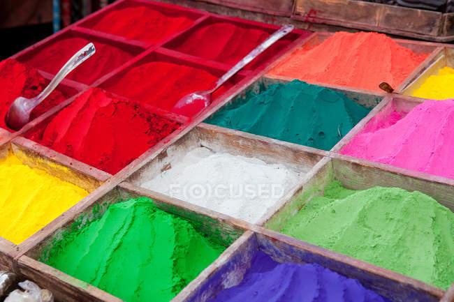 Stalle du marché de colorants aux couleurs vives — Photo de stock