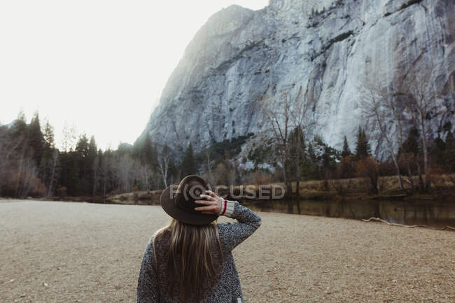 Retrovisore della donna con cappello rivolto verso la montagna, Yosemite National Park, California, USA — Foto stock