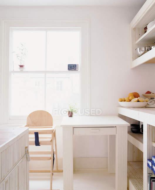 Interior da cozinha com crianças cadeira e mesa de jantar — Fotografia de Stock