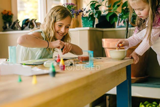 Две девушки проводят научный эксперимент за столом — стоковое фото