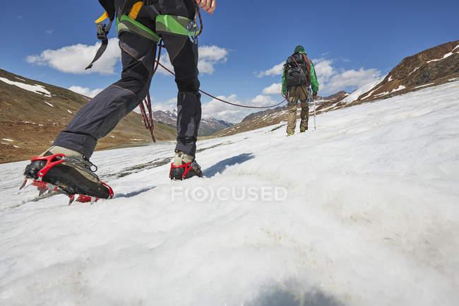 Jeune couple montant la glace sur le glacier Val Senales, Val Senales, Tyrol du Sud, Italie — Photo de stock