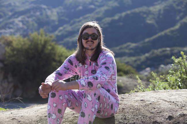 Portrait d'homme portant une éponge rose, Malibu Canyon, Californie, États-Unis — Photo de stock