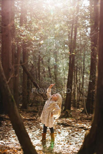 Ragazza dai capelli biondi nella foresta — Foto stock