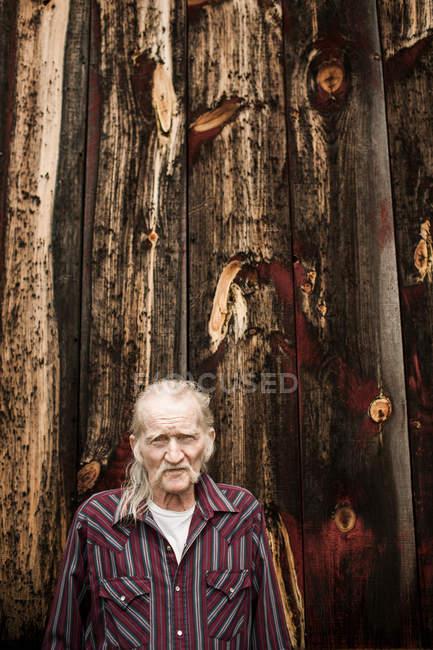 Uomo anziano fuori fienile, ritratto — Foto stock
