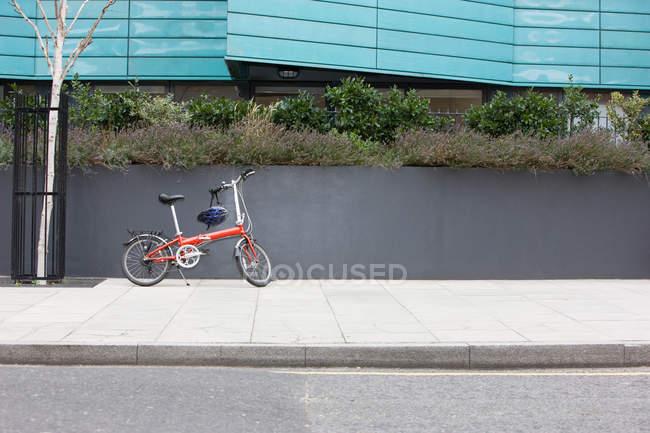Crianças Bicicleta com capacete estacionado na calçada — Fotografia de Stock