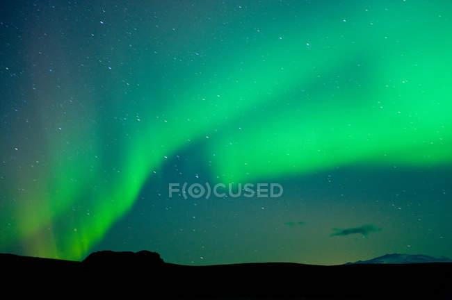 Северное сияние в ночном небе — стоковое фото