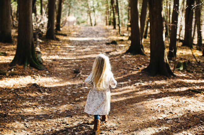 Back view of Blond haired girl in forest — Stock Photo