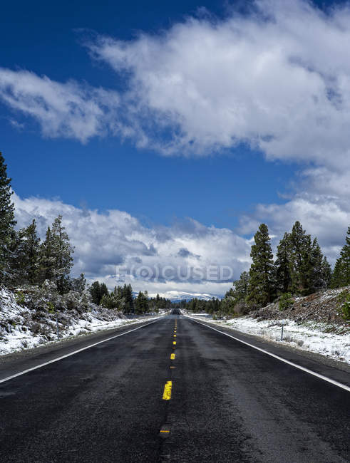 Diminishing perspective view of road under cloudy sky — Stock Photo