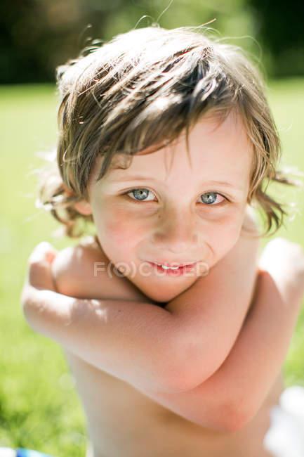 Retrato de niño pequeño, al aire libre, primer plano - foto de stock