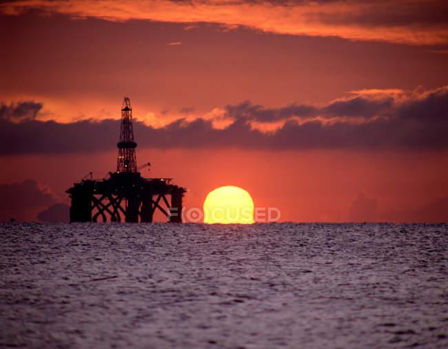 Plataforma de petróleo ao pôr do sol — Fotografia de Stock