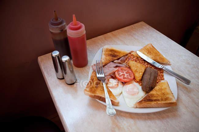 Englisches Frühstück auf Cafétisch — Stockfoto