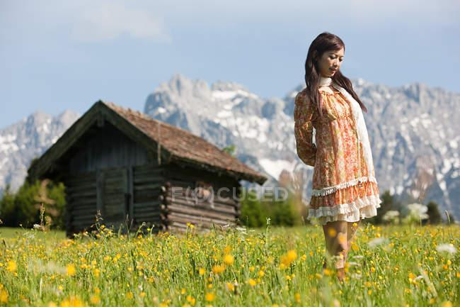 Femme en pré avec Alpes bavaroises en arrière-plan, Allemagne — Photo de stock