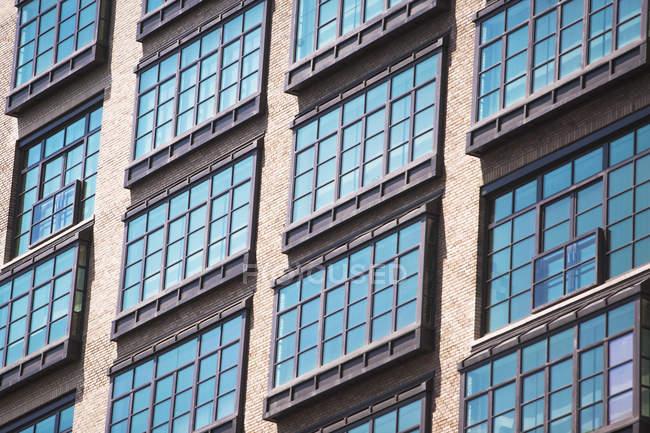 Detalhe das janelas do apartamento do antigo edifício industrial, Manhattan, Nova Iorque, EUA — Fotografia de Stock