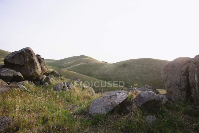 Roches et green rolling hills, Californie, é.-u. — Photo de stock