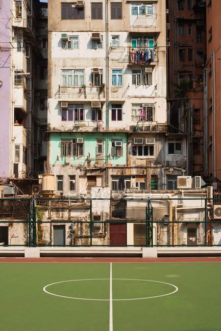 Баскетбольний майданчик і будівництво — стокове фото