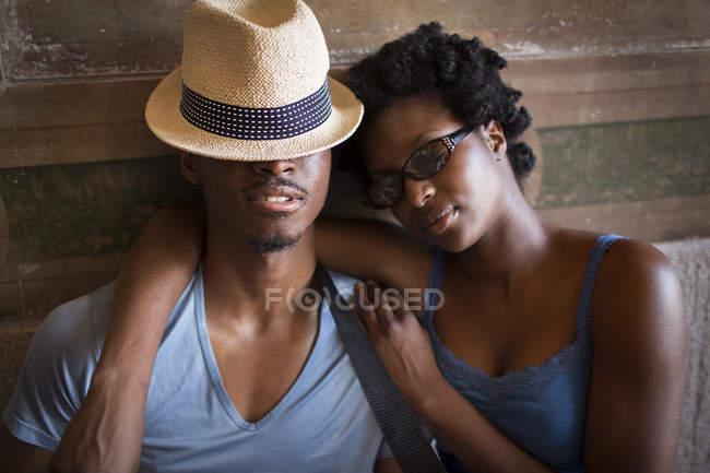 Jeune couple les yeux fermés à Bethesda Terrace arcade, Central Park, New York, USA — Photo de stock
