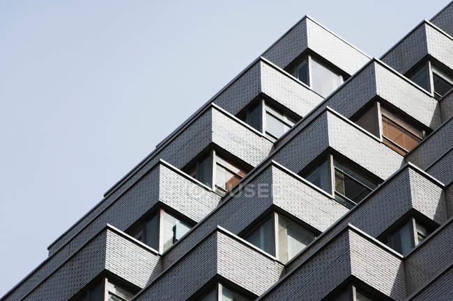 Bloque de apartamentos, vista de ángulo bajo - foto de stock