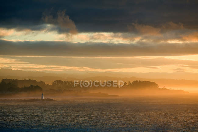 Farol no nevoeiro costa — Fotografia de Stock