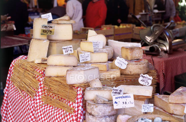 Cheese stall, Place Richelme market, Aix-en-Provence, France — Stock Photo