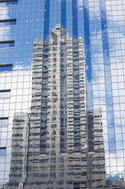 Edificio riflesso nel vetro — Foto stock