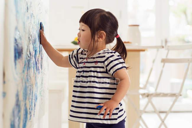 Bébé femelle faire peinture empreinte de la main — Photo de stock
