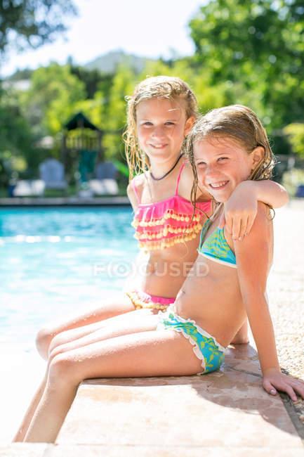 Портрет двох сестер у купальниках. — стокове фото