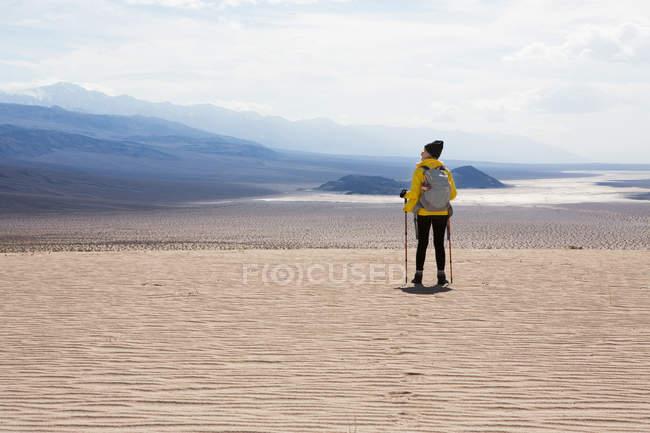 Trekker ammira, Parco nazionale della Valle della Morte, California, Stati Uniti — Foto stock
