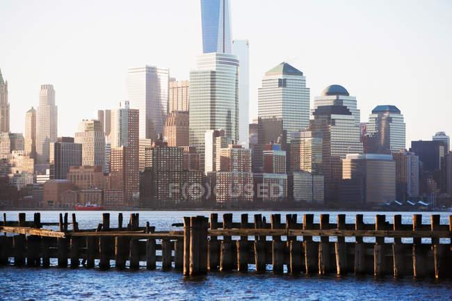 Vieille jetée et horizon Manhattan — Photo de stock