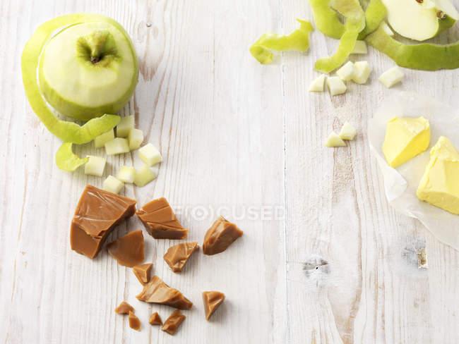 Ingredienti per il budino di mela della caramella sul tavolo — Foto stock