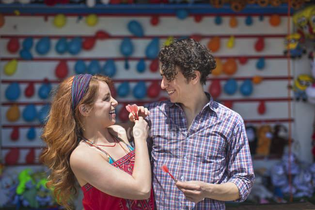 Paar mit Darts am Kirmesstand — Stockfoto