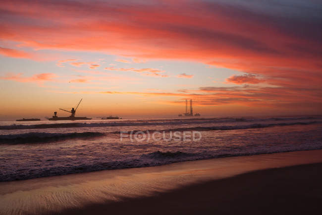 Coucher de soleil sur un sous-marin à la plage de sable — Photo de stock