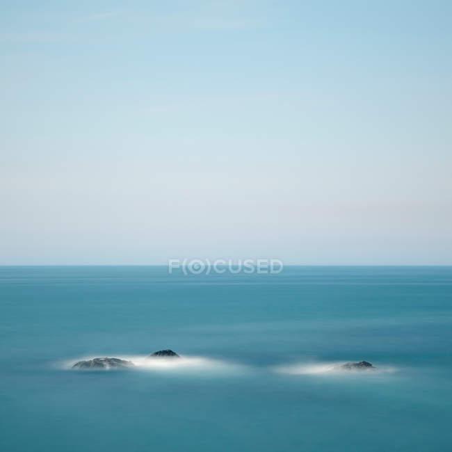 Pedras na água do mar — Fotografia de Stock