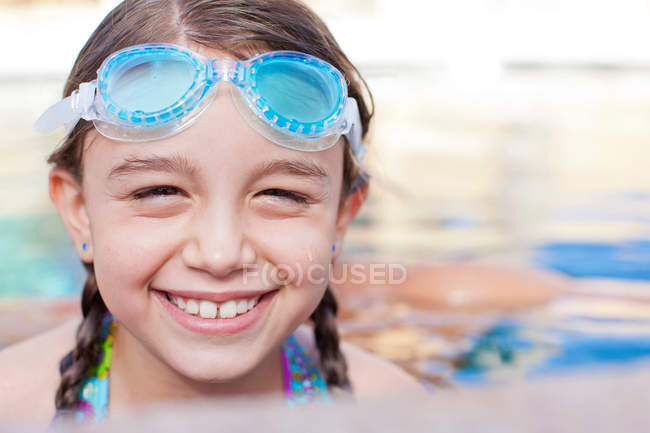 Close up of girl wearing goggles in pool — Stock Photo
