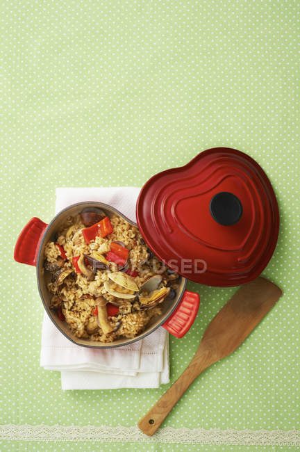 Рис с мясом, морепродукты и овощи в Чугун посуда — стоковое фото