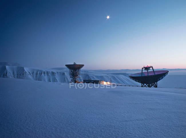Супутникових антен на сніжний пейзаж — стокове фото