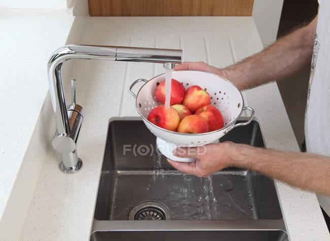 Mele di lavaggio uomo — Foto stock
