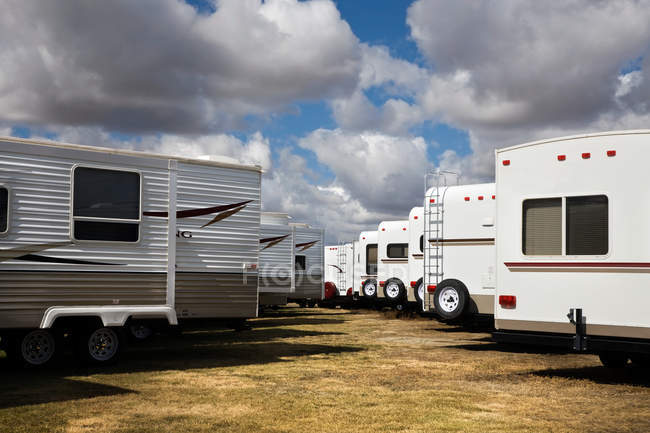 Remolques estacionados en el campo para la venta - foto de stock