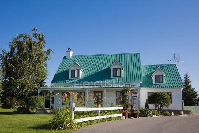 Palazzo con tetto turchese e giardino verde nelle vicinanze — Foto stock