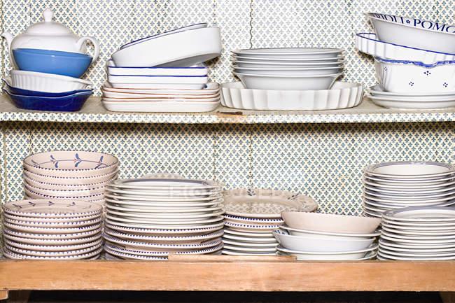 Тарелки и миски на полках — стоковое фото