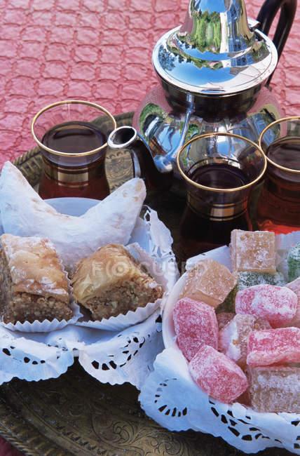 Baklava con turkish delight sulla tabella — Foto stock