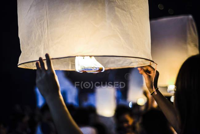 Молода жінка тримає ліхтар з запаленим папером в очікуванні випуску на фестивалі Лу - Кратонг у Чіангмай (Таїланд). — стокове фото