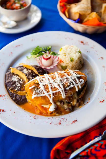 Традиционные Майя блюдо фаршированным перцем с рисом и фасолью — стоковое фото