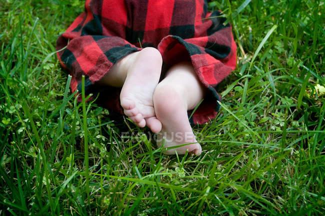 Schnappschuss von Baby, das auf grünem Gras krabbelt — Stockfoto