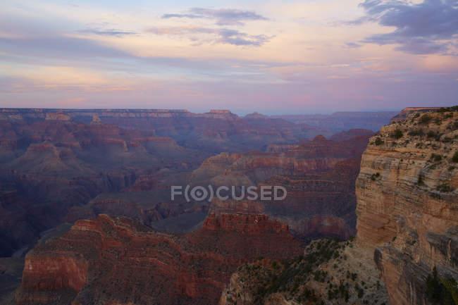 Vista panorâmica do canyon grande sob o céu do por do sol — Fotografia de Stock